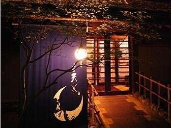 趣きある夜の玄関前。館内の灯りが温かみを伝えてくれます。