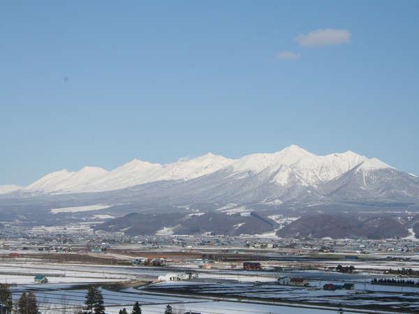 あしたやから見る冬の十勝岳連峰。
