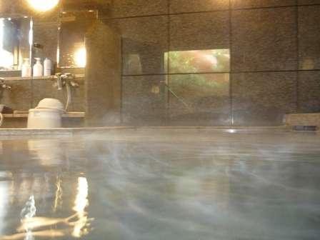 夜は2時まで、朝は5時~チェックアウトまで、お好きな時間に何度でも入れるラジウム人工温泉大浴場