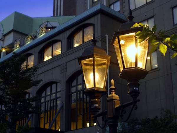 ■外観/ガス灯を思わせる街灯がレトロな夜の外観