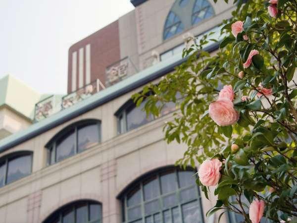 ■外観/ホテル周辺にも椿の花が咲いています。