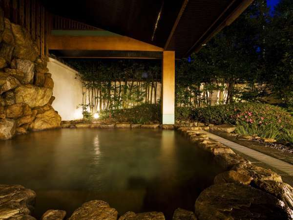 ■露天風呂/夜の大浴場・露天風呂。夜は1時まで。3000年の歴史ある道後のお湯をご堪能下さい。