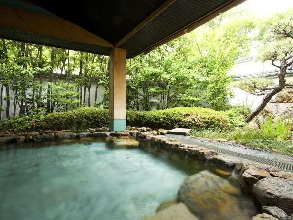 ■露天風呂/庭を眺めながら楽しめる露天風呂