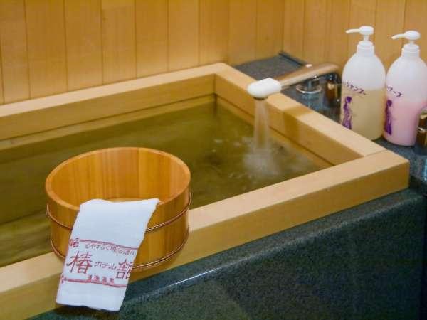 ■檜風呂付特別室/温泉を引き湯。檜の香りとともにゆったりできます。