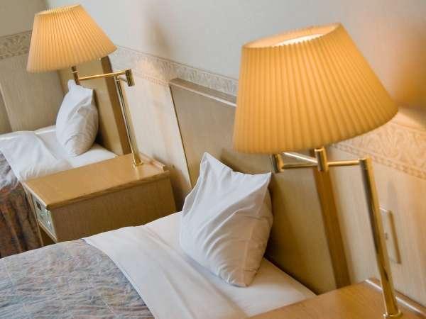■洋室/やさしい明かりのベッドサイドのライト(ツイン・トリプル)