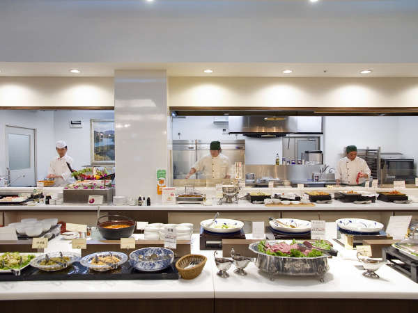■Buffet TSUBAKI/目の前のオープンキッチンで出来上がるお料理をお楽しみください