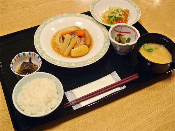 夕食は健康食を意識したカフェテリア形式です。