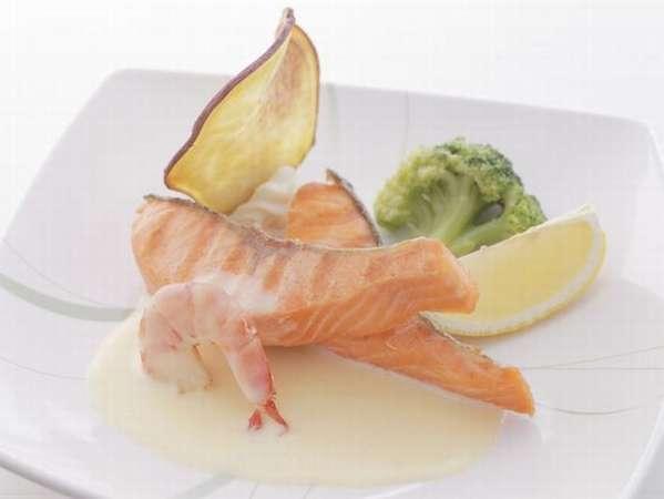 カフェテリア形式のご夕食 メインの魚料理一例