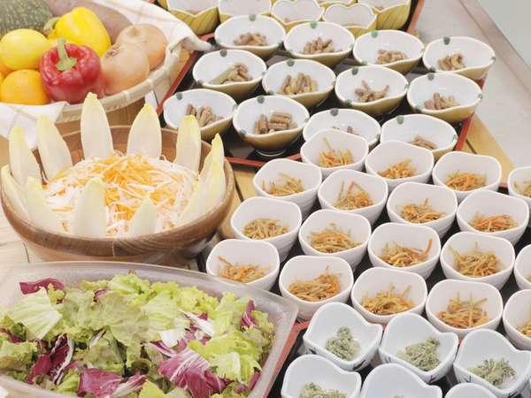 ご夕食は健康食を意識したカフェテリア形式。予め並べられている料理を選んでいただくスタイルになります。