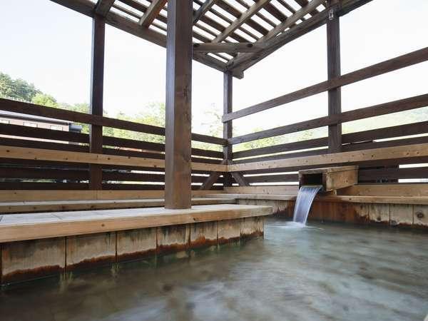 源泉を50%使用した足湯です。マイナスイオンがいっぱい。