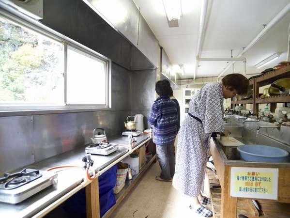 自炊部び共同炊事場料理風景