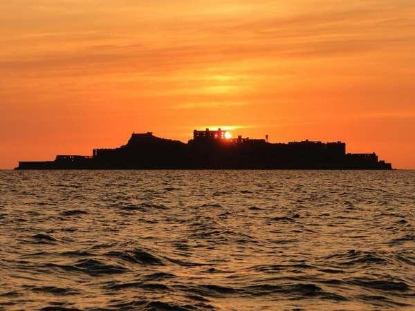 夕日を背に東シナ海に浮かぶ軍艦島。