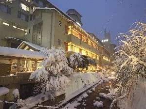 ☆冬の夕方頃の外観☆ 1月~2月頃にかけて、建物の上に大きな『ツララ』が現れます。