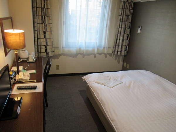 広々16㎡の【シングルルーム】は、140cm幅のダブルベッドを採用!ゆっくりおくつろぎ下さい。