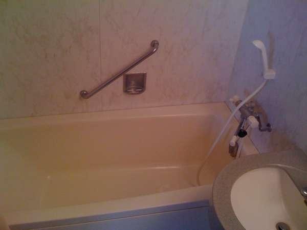 ちょっと広めのスタンダードルームのバスルーム。