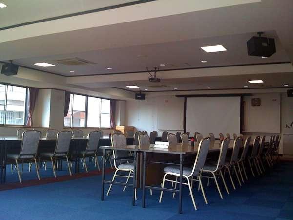 プロジェクター等の設備も完備。会議室。