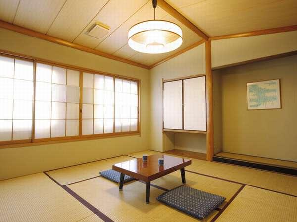 【和室B 8畳または10畳】和室ならではの風情と落ち着きに癒されます。緑豊かな静かな立地。