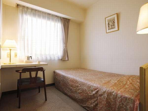 【シングルルーム 11.5平米】 明るくシンプルでキレイなお部屋です。緑豊かな立地で静かなホテルライフを。