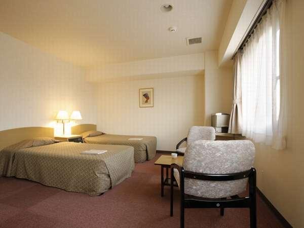 【ツインルームB 23平米】 明るくシンプルでキレイなお部屋です。緑豊かな立地で静かなホテルライフを。