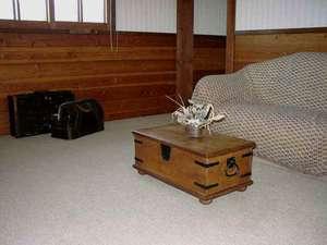 ゆったり過ごせるリビングルーム付きのペンション客室