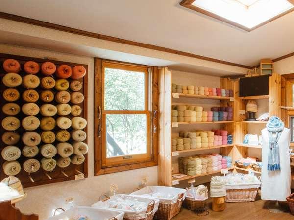 ペンション1階にある店には草木染毛糸やホッコリするような雑貨がいっぱいです。