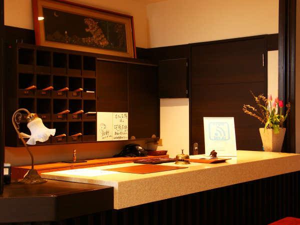 当館フロントです。お客様を笑顔でお迎えいたします。
