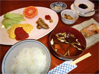 ある日の朝食―― (ソーセージは手作り・トマトケチャップ・ヨーグルトソース等は素材も自家製)