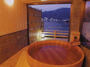 展望貸切風呂「浮舟の湯」3,240円/50分間。ご予約はフロントまで。
