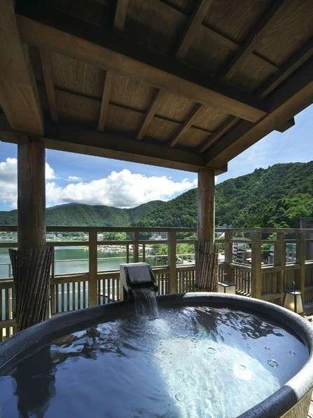 展望風呂「天空の湯」最上階にあり、河口湖を一望できます♪