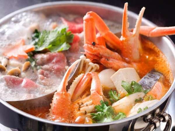 豆乳鍋とキムチ鍋の「2色鍋」。魚介類とお肉両方を、思い思いの食べ方で頂ける