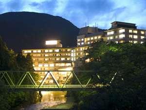 夜空に浮かぶ、ホテル志戸平全景 夜