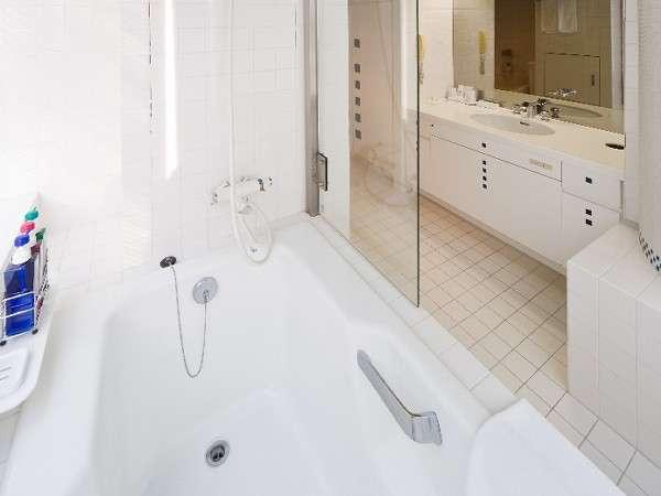 ☆デラックスツインのバスルーム☆ 白のタイルを基調としたバスルームは清潔感を感じさせる。