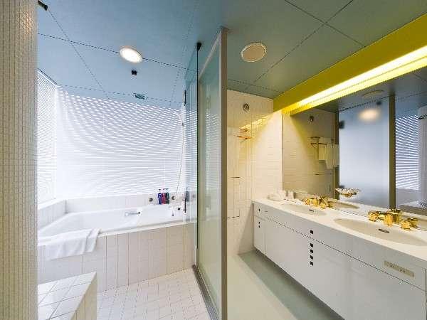 ☆和洋室バスルーム☆ 白のタイルを基調としたバスルームは清潔感を感じさせます。