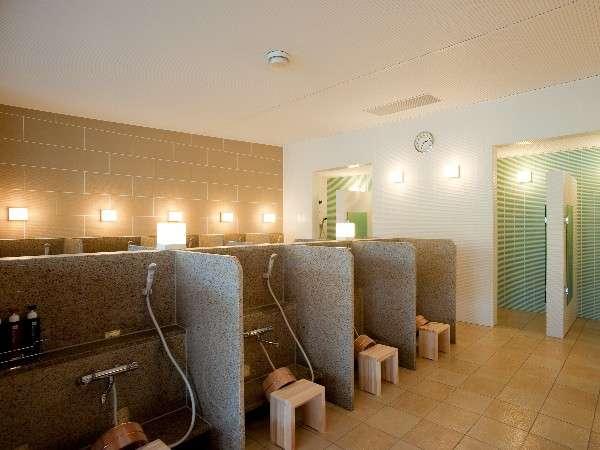 【金の湯・カラン】カランのほか、シャワーブースが4箇所設置。お好みでご利用ください。