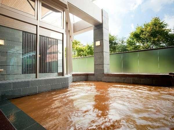 【金の湯・露天風呂】源泉かけ流し100%のにごり湯につかる心地よさを体感してみては。