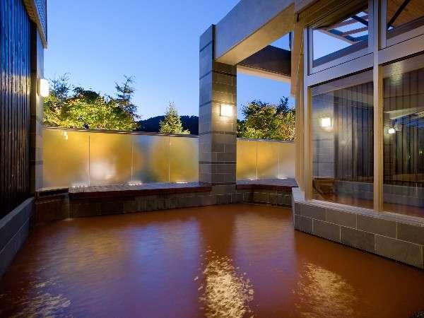 【金の湯・露天】露天風呂の目前にはゲレンデが広がり、自然を満喫。