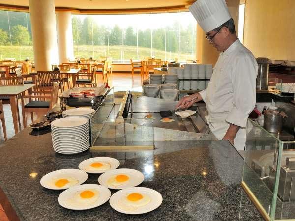 ◆シェフが目の前で実演。オープンキッチンで調理した熱々の朝食をどうぞ。