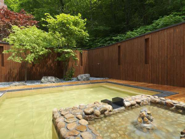 湯処[命泉の湯](一例)/ニセコの森と湯の香りを満喫しながら、至福の湯浴みをお愉しみください。