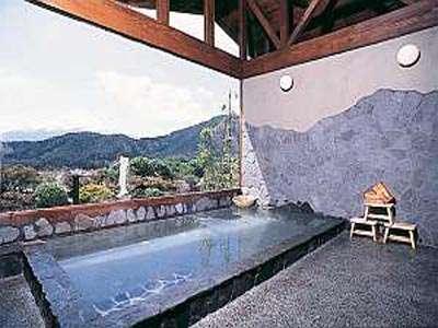 大きな浴槽の露天風岩風呂。ゲルマニウム・麦飯石等の原石を使用して、温浴効果を高めています。