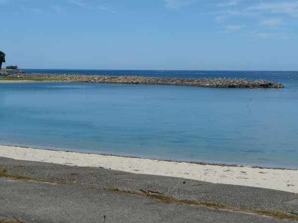 目の前にある海水浴場です。シーズン以外は散歩も楽しめます。