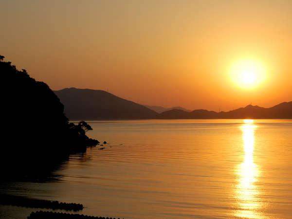 当館目の間の人魚浜に沈む夕日。とってもキレイで心身共に浄化されますよ。