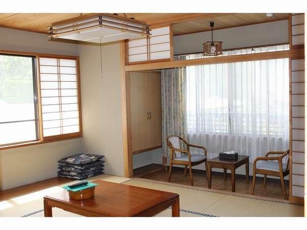 ゆったり寛いでいただける10畳プラス広縁2畳分の広めのお部屋です。