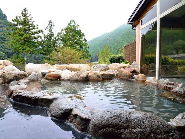 火照った体を冷やしながら入浴できる露天風呂。満点の星空を眺めながらご入浴いただけます。