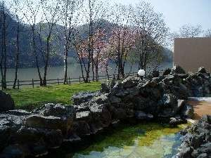桜を眺めながらの露天風呂は開放感満点!心も癒されます♪