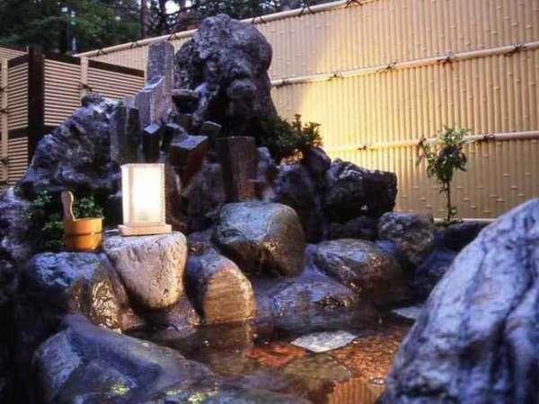甲州富士山の銘石を巧みに配した本格的な貸し切り露天風呂