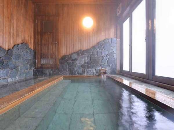 *大浴場/やわらかな木の香りが漂う檜風呂。広さもあるため、ゆったり入浴することができます。