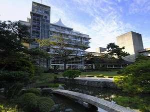 本館「天台」外観/3000坪もの日本庭園から眺めた壮大な外観①