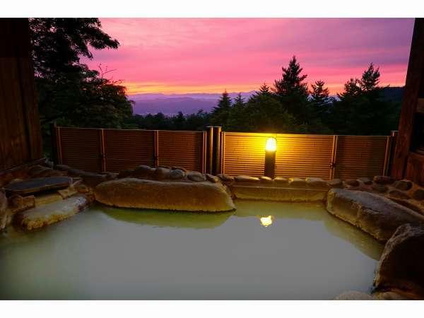 当館自慢の天然温泉・絶景露天の湯からはこんな夕日がご覧いただけます