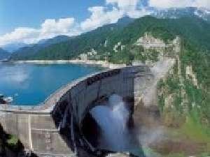夏の黒部ダム放水