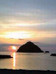 海に沈むきれいな夕陽も見所です。